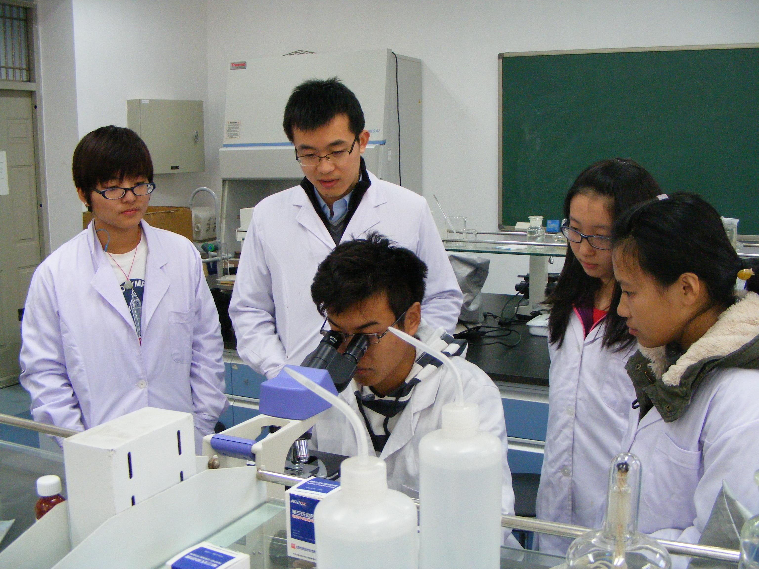 程翔副教授指导《环境工程微生物学》实验